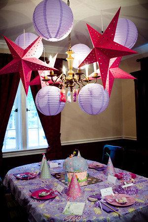 تزئینات تولد با ستاره و حباب کاغذی