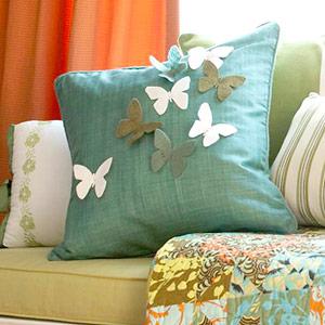 تزئین کوسن با پروانه پارچه ای