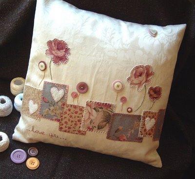 تزئین کوسن با تکه دوزی از گلهای پارچه ای و دکمه های اضافی