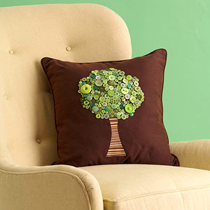 تزئین کوسن با پارچه و دکمه به شکل درخت