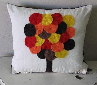 تزئین کوسن با پارچه های رنگی به شکل درخت پائیزی